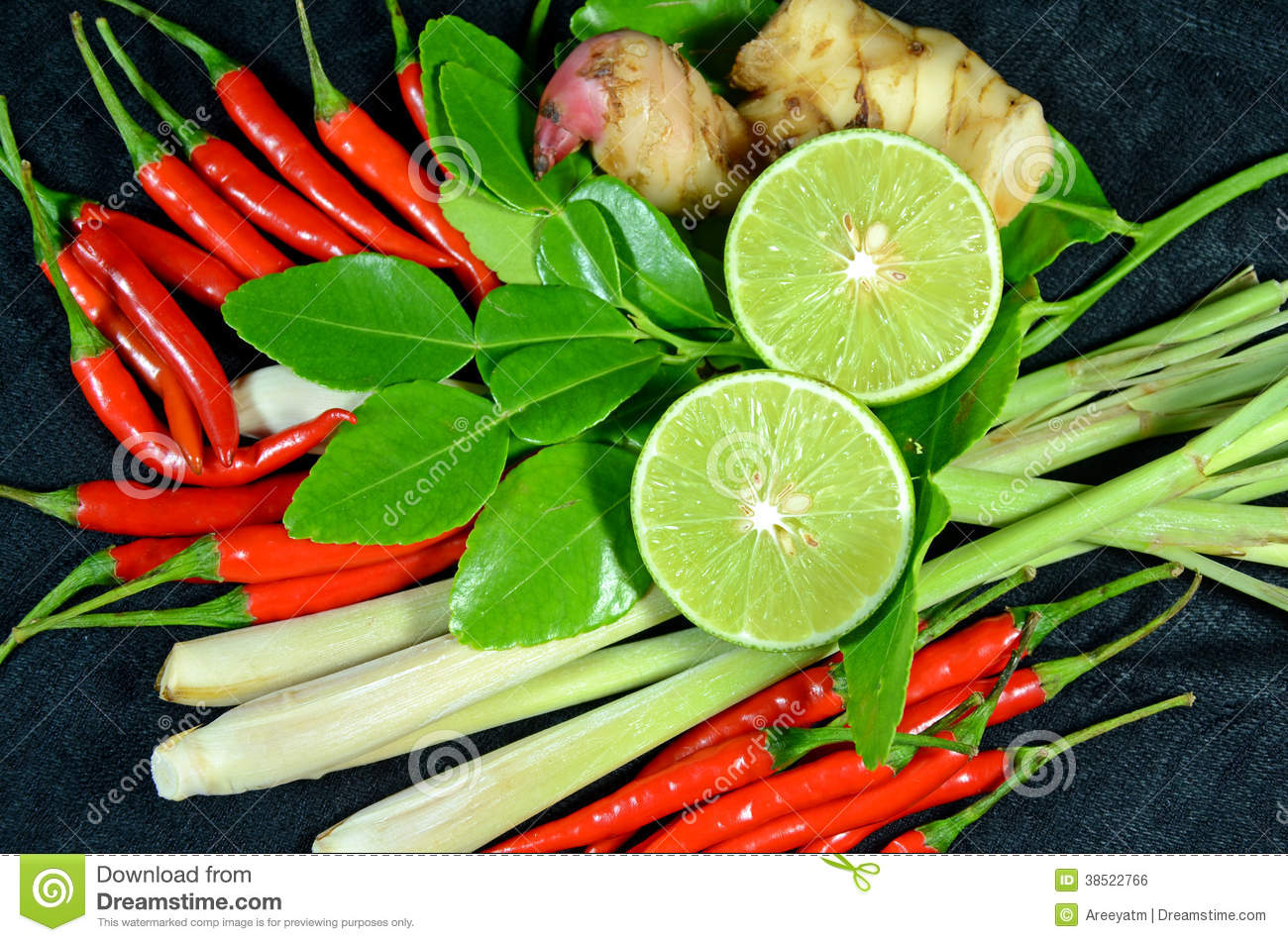 kruiden-voor-thaise-kruidige-citroengrassoep-38522766
